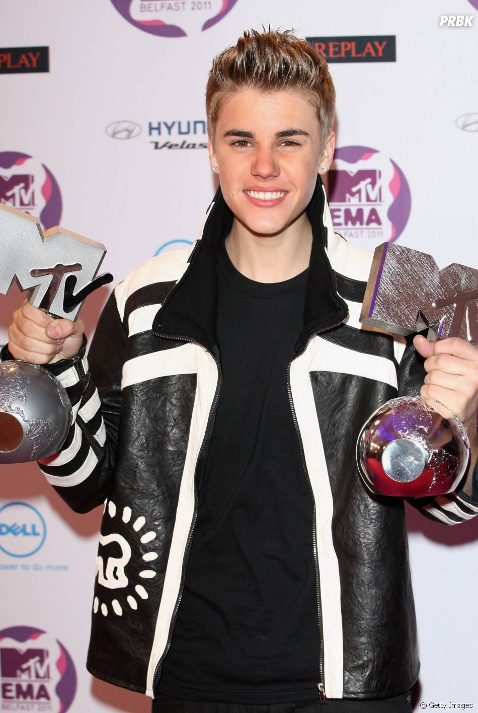 No final de 2011, Justin Bieber chocou com um look totalmente diferente no EMA