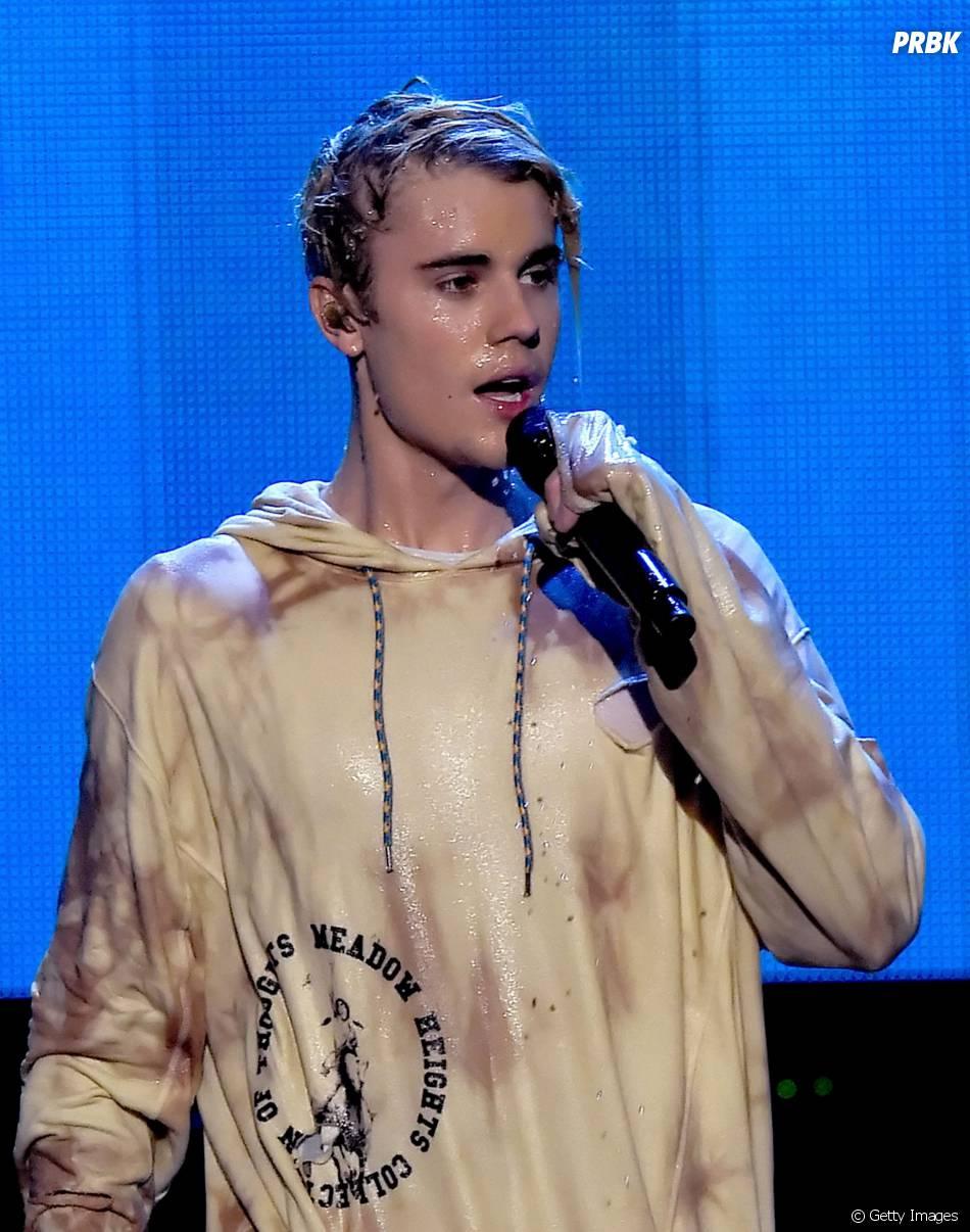 Justin Bieber ficou todo molhado em sua apresentação incrível no AMA 2015!