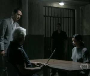 """César (Antônio Fagundes) foi visitar Aline (Vanessa Giácomo) na cadeia em """"Amor à Vida"""""""