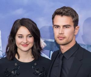 """Shailene Woodley e Theo James apareceram juntinhos na première de """"A Série Divergente: Convergente"""""""