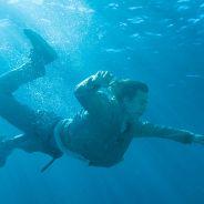 "Em ""Fear The Walking Dead"": na 2ª temporada, Travis e família enfrentam zumbis na água!"