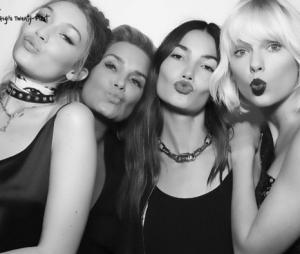 Gigi Hadid posa com a mãe e as amigas Taylor Swift e Lily Aldridge em sua festa de aniversário