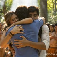 """Em """"Além do Horizonte"""": Lili e Marlon choram ao reencontrar William na floresta!"""