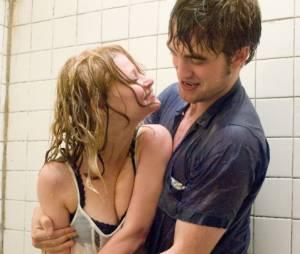 """Já em 2010, Robert Pattinson estrelou """"Lembranças"""", ao lado deEmilie de Ravin"""