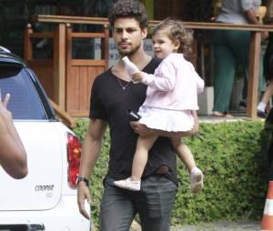Apesar da vida corrida, Cauã Reymond sempre que pode está com Sophia, sua filha