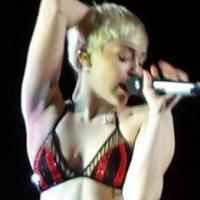 """Miley Cyrus surge de calcinha na """"Bangerz Tour""""! Será que a calça rasgou?"""