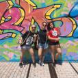 Maisa Silva e duas amigas posam cheias de estilo enquanto estão nos EUA