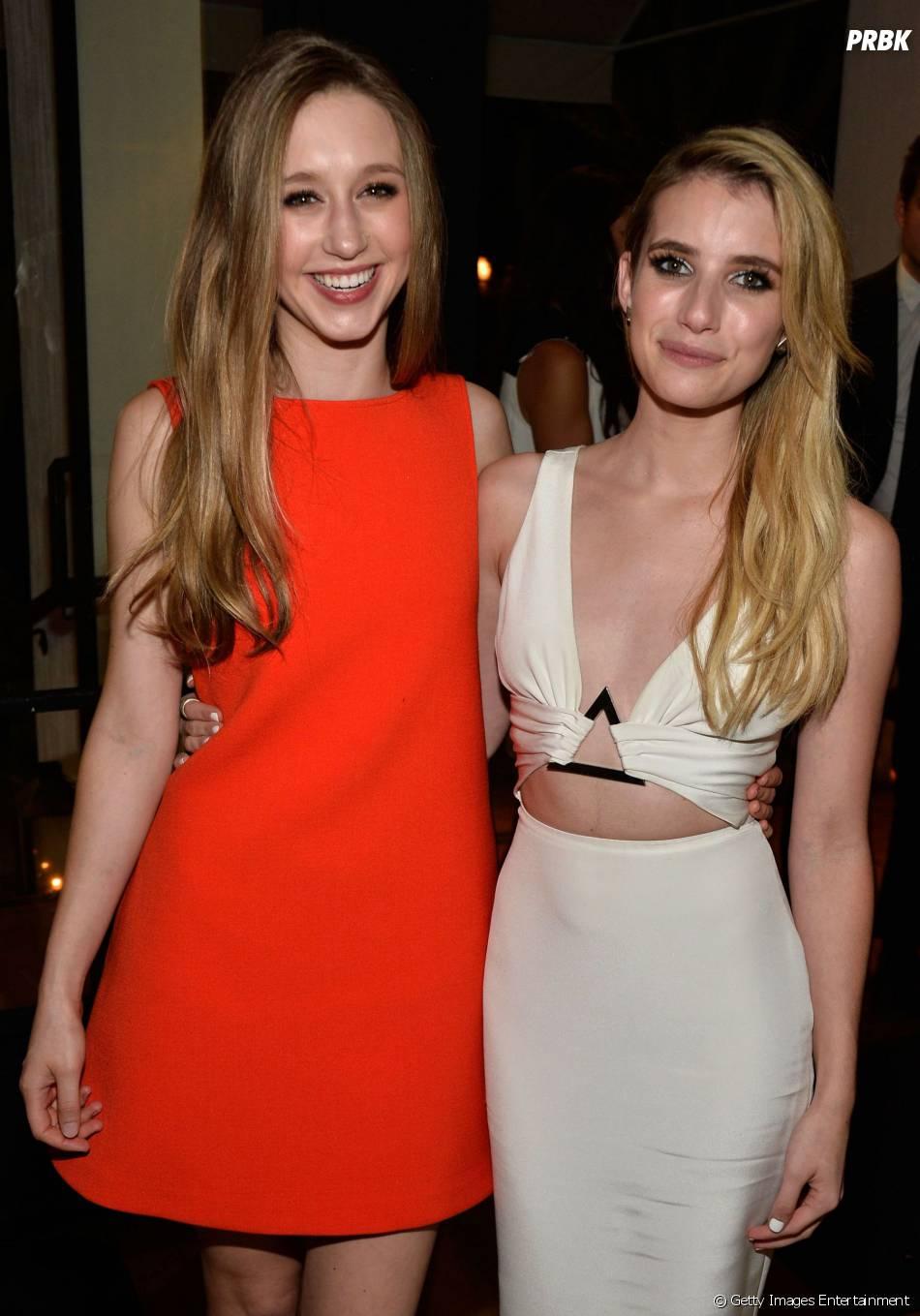 """Taissa Farmiga, que retorna a """"American Horror Story: Coven"""", posa com a colega de elenco Emma Roberts"""