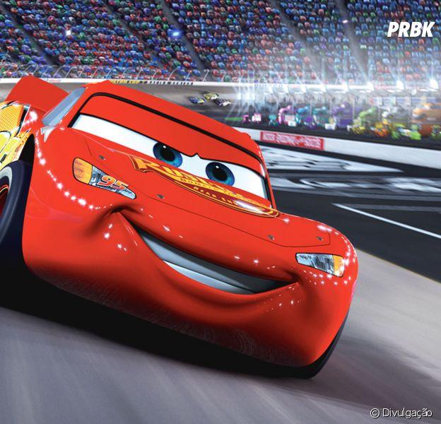 """Carros"" mostra as aventuras de Relâmpago McQueen, veículo de corrida que disputa provas pelos Estados Unidos."