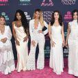 Todas de branco, as integrantes do Fifth Harmony arrasam noCMT Music Awards 2016