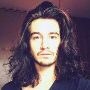 """Tiago Iorc aparece com cabelo solto no Instagram e surpreende fãs: """"Mais lindo do que nunca!"""""""