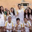 Luan Santana posou com fãs e outros jovens que levaram a tocha olímpica em São Paulo
