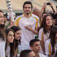 Luan Santana fez a internet parar ao carregar a tocha olímpica no domingo (24). Lindo, né?