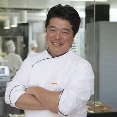 """Em """"Bake Off Brasil"""", chef boulanger Rogério Shimura avalia os confeiteiros do SBT"""