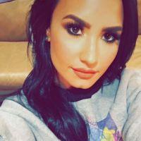 Demi Lovato surge de cabelo longo e com nova tatuagem. Confira as mudanças da cantora!