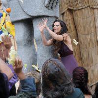 """Novela """"A Terra Prometida"""": Raabe é atacada por multidão após rebelião!"""