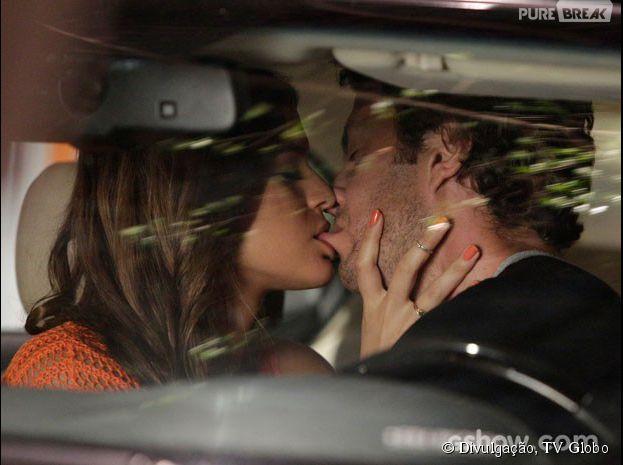 """Luiza (Bruna Marquezine) e Laerte (Gabriel Braga Nunes) dão um super beijo na novela """"Em Família"""""""