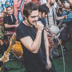 Luan Santana faz show surpresa, canta sucessos e lota rua de São Paulo com apresentação emocionante