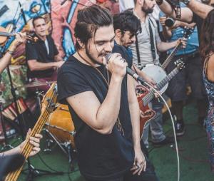 Luan Santana faz show surpresa na Vila Madalena, em São Paulo, e enlouquece fãs com apresentação intimista