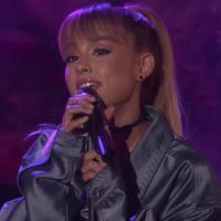 """Ariana Grande faz performance incrível dos hits """"Side To Side"""" e """"Into You"""" na TV e fãs piram!"""
