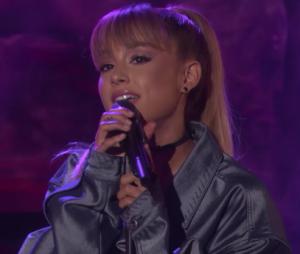 """Ariana Grande canta versões acústicas de """"Side To Side"""" e """"Into You"""""""