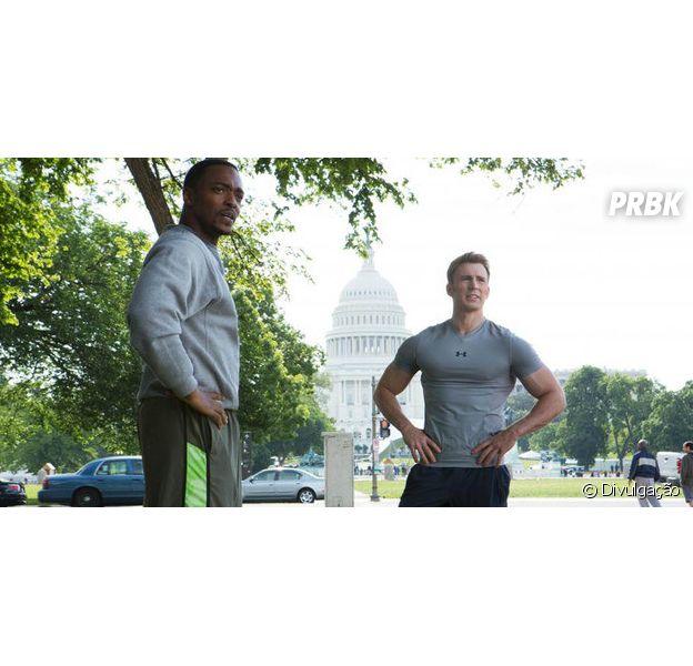 """Em """"Capitão América 2"""", Steve Rogers pega dicas com Falcão de eventos que perdeu durante período de congelamento."""
