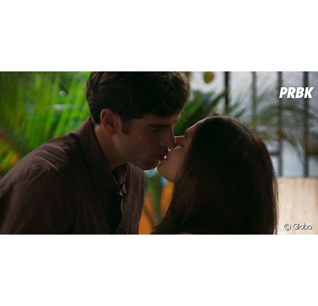 """Em """"Haja Coração"""", Felipe (Marcos Pitombo) e Shirlei (Sabrina Petraglia) transam pela 1ª vez e publicitário se surpreende"""