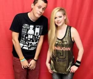 Fã sortudo de Avril Lavigne quase tocou na cantora no Meet & Greet