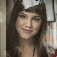 """Novela """"A Lei do Amor"""": Isabela (Alice Wegmann) vê Tiago com Letícia e fica balançada"""