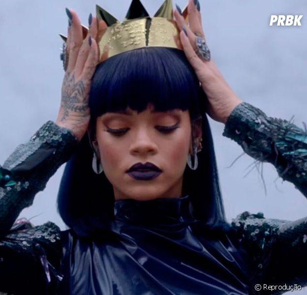 Rihanna aposta em várias joias para ressaltar as suas tatuagens e compor os looks