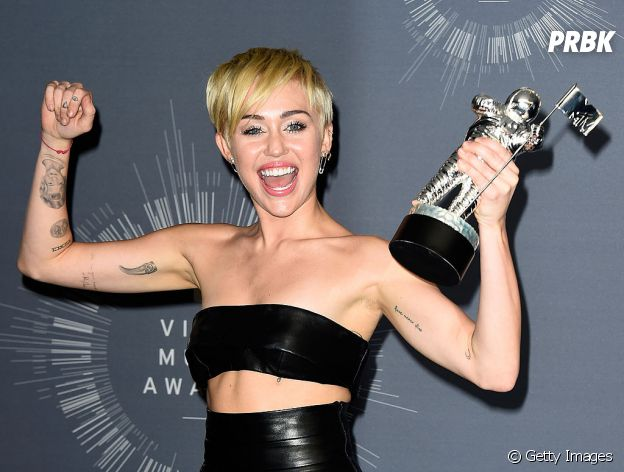 Miley Cyrus é discreta para tatuagens, tendo três delas em dedos da mão direita