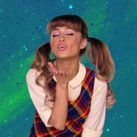 """Ariana Grande em """"Hairspray Live"""": cantora e elenco aparecem caracterizados na 1ª foto do especial!"""