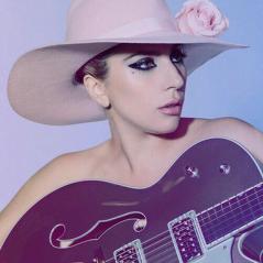 """Lady Gaga tatua """"Joanne"""" no braço e eterniza quinto álbum da carreira na pele!"""