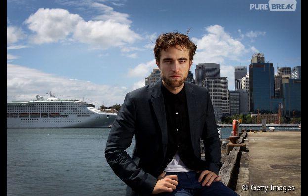 """Super arrumado, Robert Pattinson posando enquanto divulgava o filme """"Amanhecer Parte 2"""", em 2012!"""
