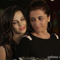 """Na novela """"Em Família"""": Clara surpreende Marina e quer passar 1ª noite com ela"""