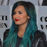 """Demi Lovato divulga datas dos shows no Brasil e fala sobre """"Glee"""": """"Ser gay não é uma vergonha"""""""