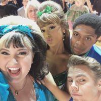 """Ariana Grande, de """"Hairspray Live"""", aparece diferente em vídeo de """"You Can't Stop The Beat""""!"""