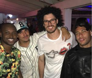 Neymar Jr. vai com Bruna Marquezine e outros famosos - como Thiaguinho e Bruno do vôlei - ao aniversário do surfista Gabriel Medina