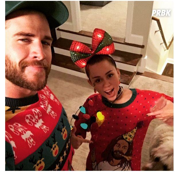 Miley Cyrus e Liam Hemsworth publicam selfie com roupas natalinas e fãs piram