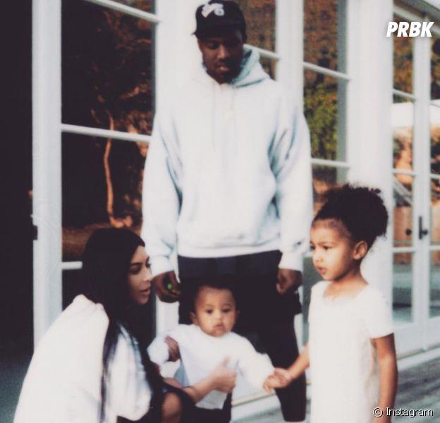 """Kim Kardashian de volta ao Instagram! Socialite posta foto com filhos e Kanye West: """"Família"""""""