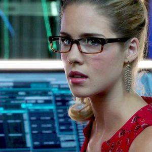 """Em """"Arrow"""": na 5ª temporada, Felicity (Emily Bett Rickards) busca por vingança após assassinato!"""