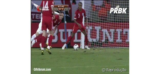Jogador maluco tenta alcançar bola no chão com a cabeça