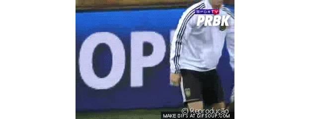 Özil fazendo embaixadinha com chiclete