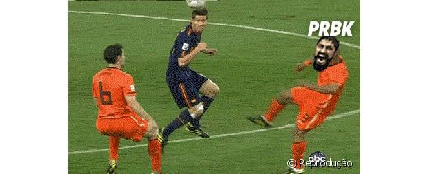 Jogador leva chute no peito em jogo da Espanha