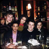 """Selena Gomez comemora estreia de """"13 Reasons Why"""" e faz declaração para elenco e produtores da série"""