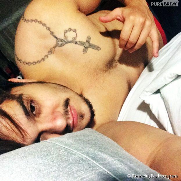 """Luan Santana acorda tarde e posta foto com rostinho de sono e sem camisa: """"Bom Dia!"""""""