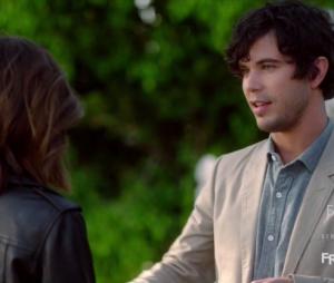 """Em """"Pretty Little Liars"""", Aria (Lucy Hale) planeja casamento com Ezra (Ian Harding)"""