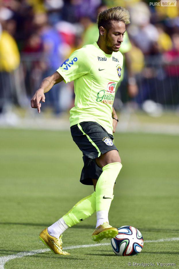 2c0fea8955 Neymar estreia chuteira dourada de R  1