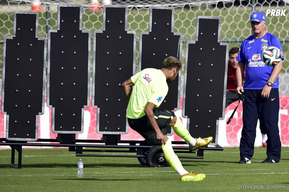 d845207ead Neymar deve estrear o par de chuteira dourada na Copa do Mundo no jogo  entre Brasil e Chile
