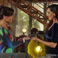 """Na trama de """"Em Família"""": Marina pede Clara em casamento e elas se beijam"""